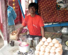 Prem Sagar arbeitet wieder im Teelanden nach der Behandlung.