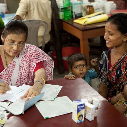 Eine Patientin ist mit ihren Kindern in der Konsultation bei einer Ärztin.