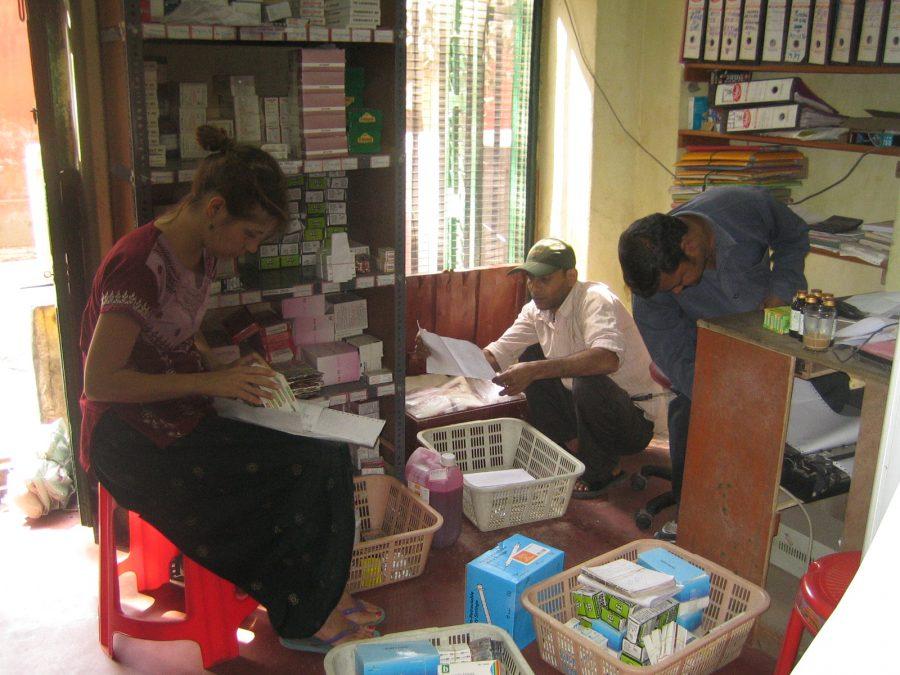 Die freiwillige Apothekerin bei der Arbeit in Kolkata.