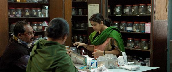 Das vierköpfige Team verwaltet die Apotheke in Kolkata.