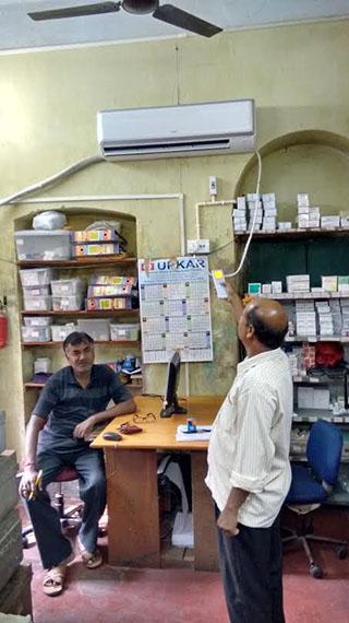 Die neue Klimaanlage in der Apotheke von Calcutta Rescue schützt die Medikamente vor zu hohen Temperaturen.