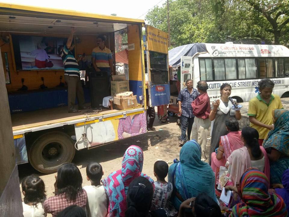 Swayam ist im Rahmen des Gewaltprävention Programms unterwegs mit dem Strassenmedizin-Bus.