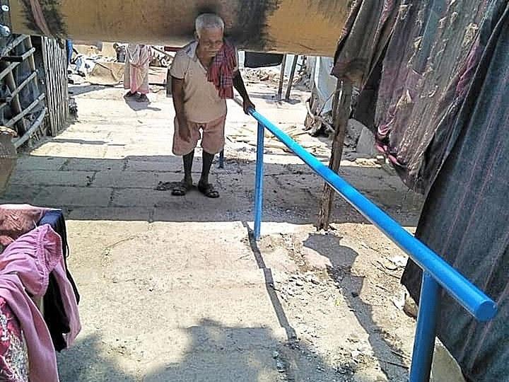 Ein älterer Mann kann nun täglich von den verbesserten Infrastrukturen profitieren.