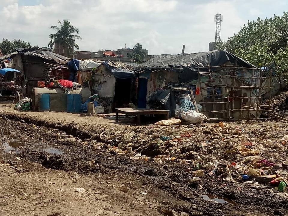 Die Behausungen im Slum Liluah Bagar bestehen zu einem grossen Teil aus wieder verwertetem Abfall.