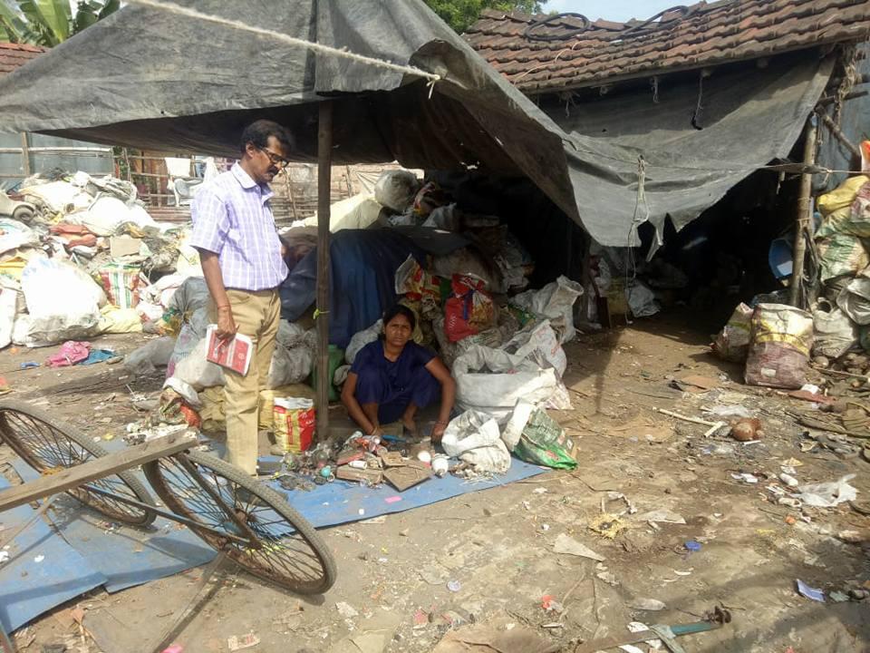 Ein Mitarbeiter des Strassenmedizin-Team ist unterwegs und sucht das Gespräch mit den Bewohnern von Liluah Bagar.