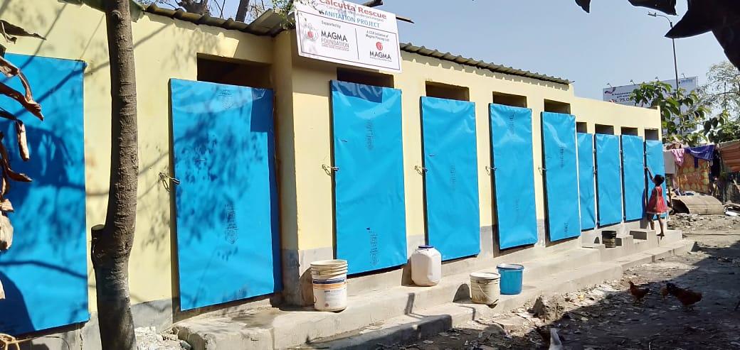 Die neue Toiletten-Anlagen in Dakshineswar glänzt bei der Einweihung.