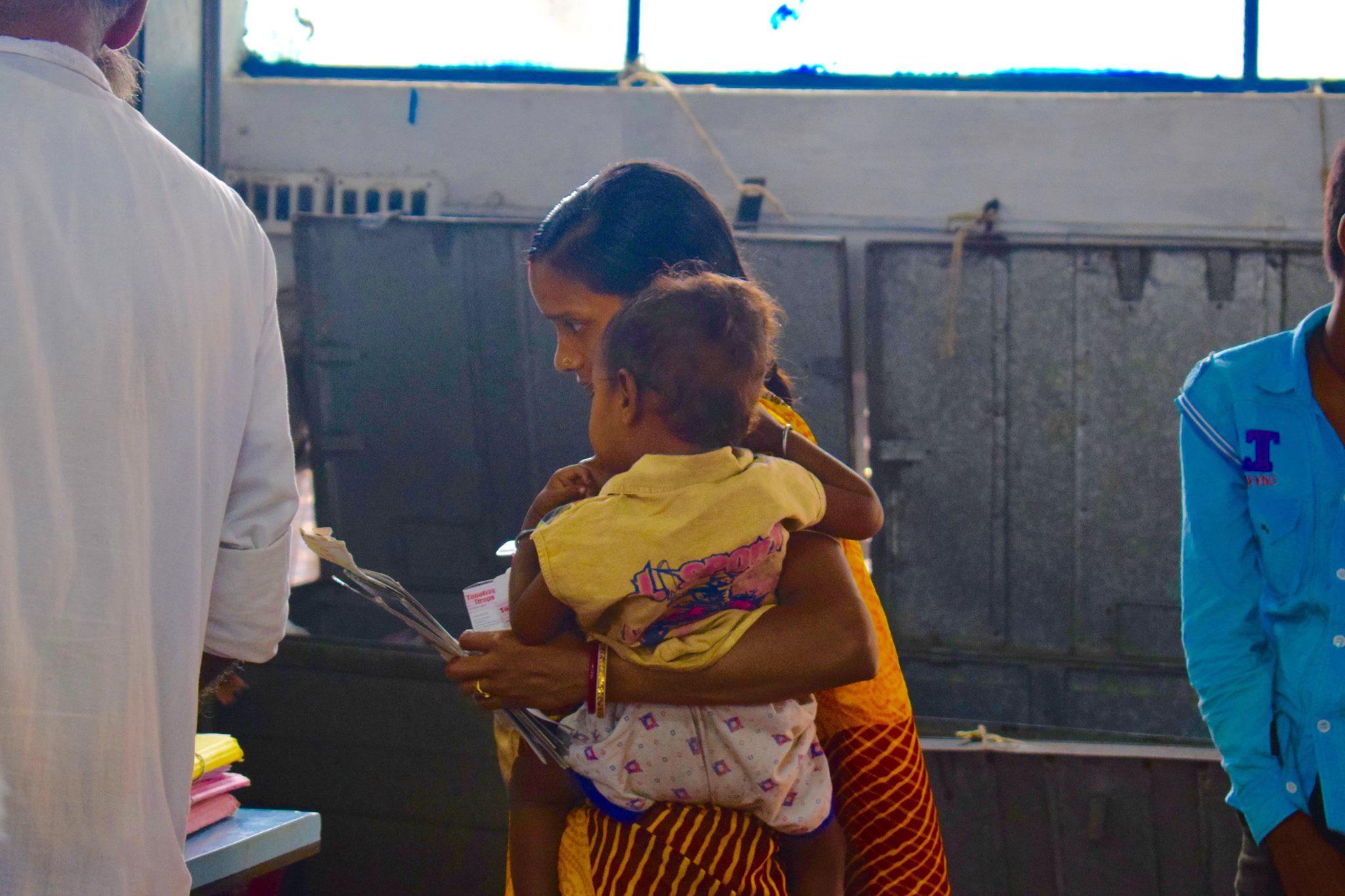 Eine Mutter besucht mit ihrem Kleinkind die Talapark-Klinik.