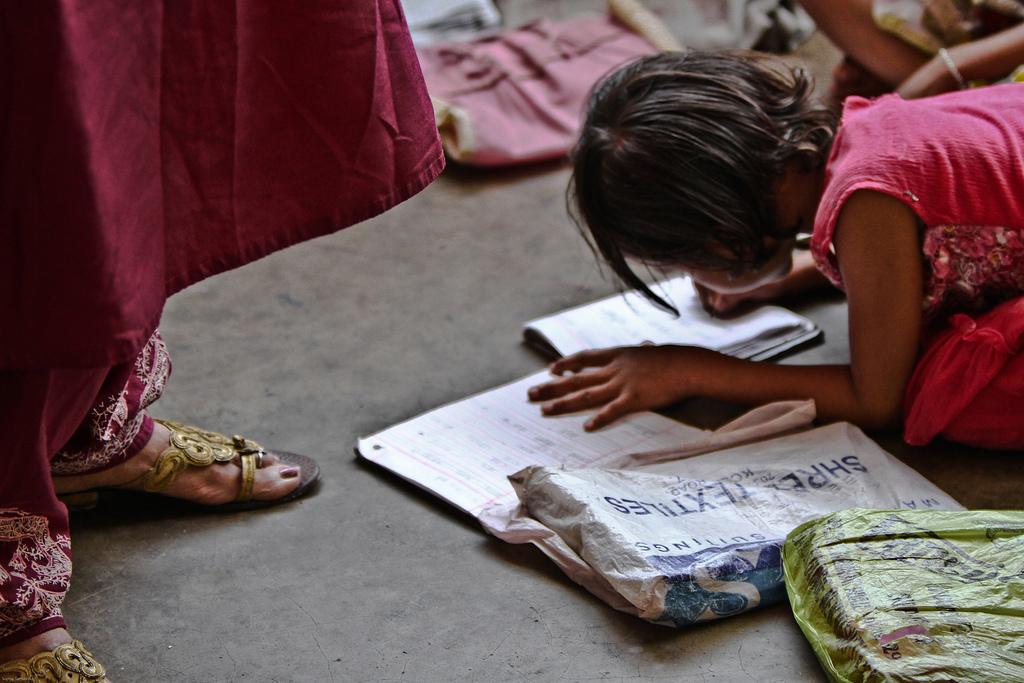 Eine Schülerin kritzelt aufmerksam in ihr Notizbuch.