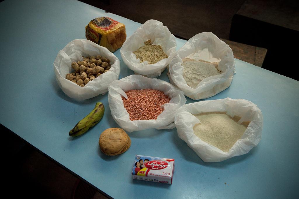 Neben den Medikamenten erhalten die Patienten auch Essen.