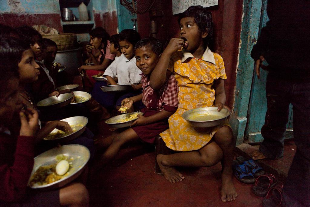 Die Kinder in der Schule Nr. 10 erhalten zum Mittagessen einen Teller mit Dal, Reis und Eiern.