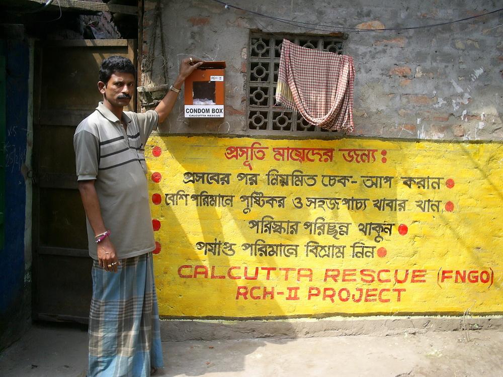 Teil der Aufklärung für HIV ist auch die Abgabe von Kondomen vor der Klinik.