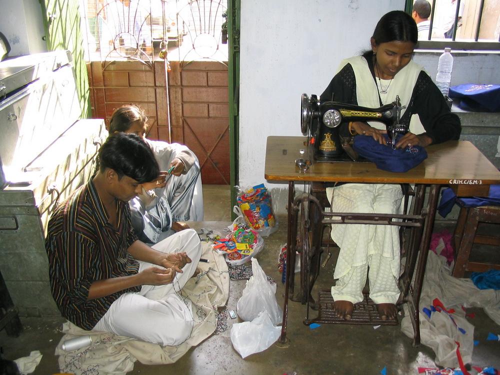 Neben der Handarbeit steht auch eine Nähmaschine als Werkzeug in der Produktion zur Verfügung.