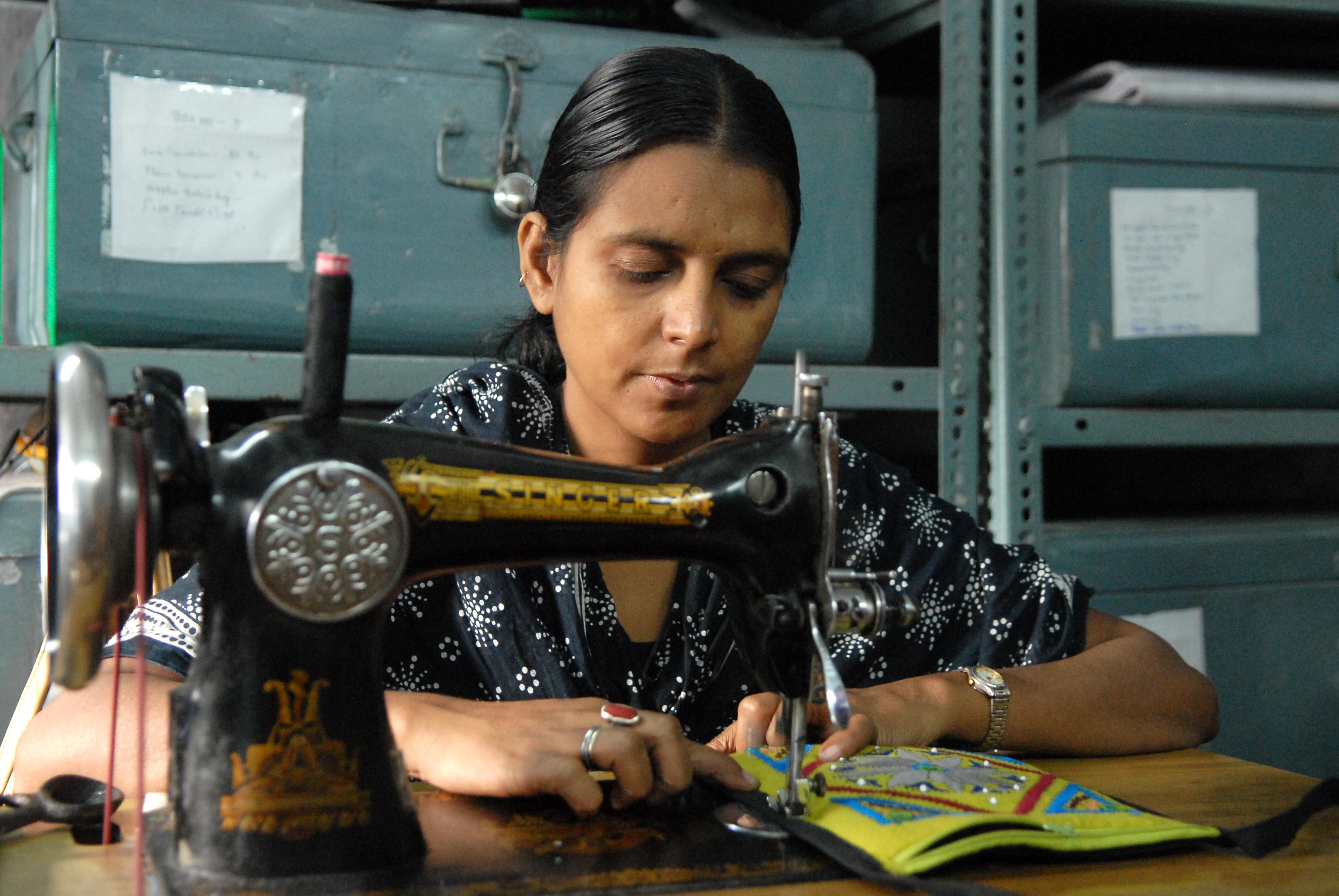 Eine Frau arbeitet im Rahmen des erweiterten Angebotes in der Handicraft-Werkstatt.