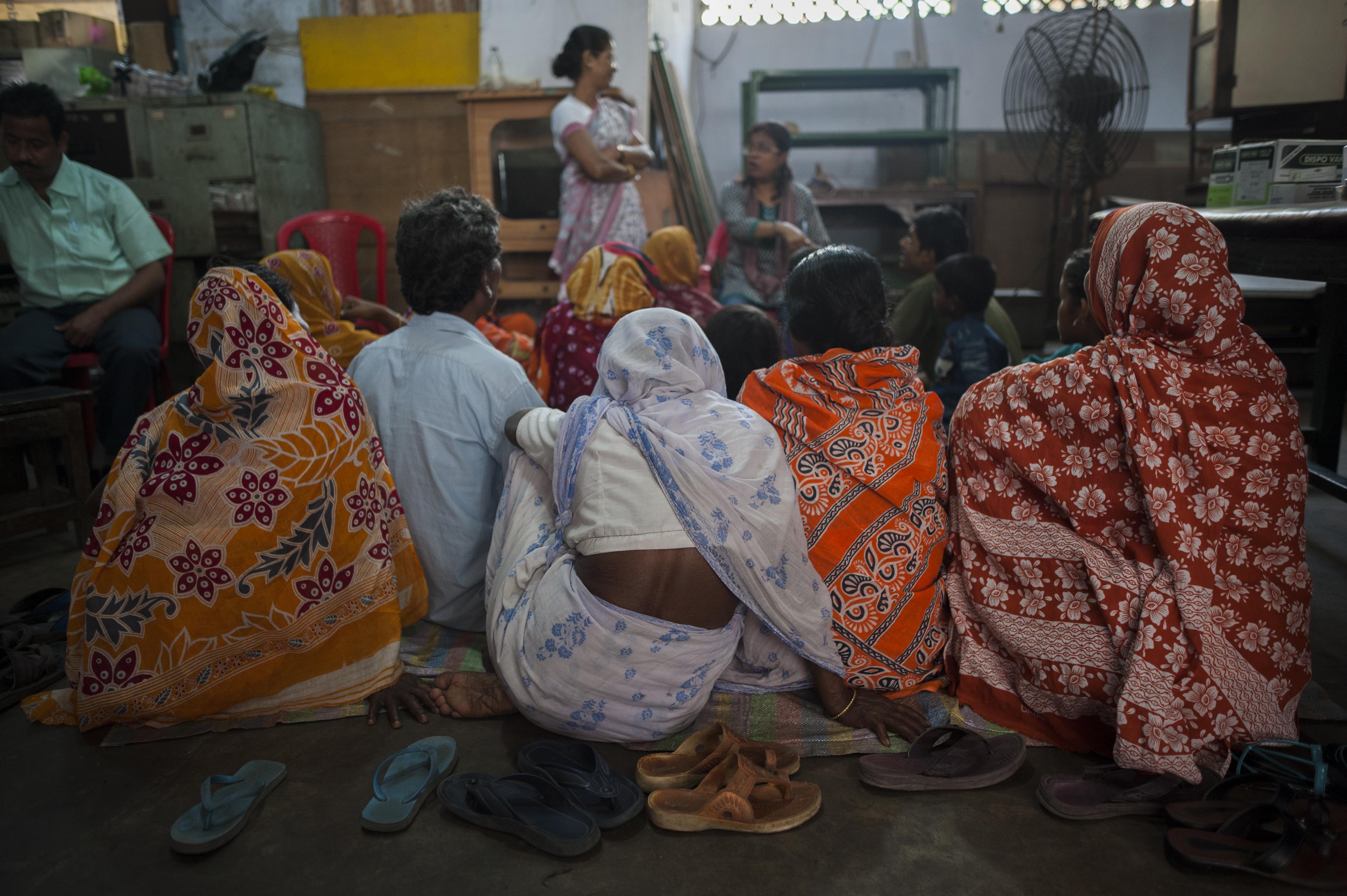 Eine Gruppe von Frauen waren in der Klinik bis sie an der Reihe sind.