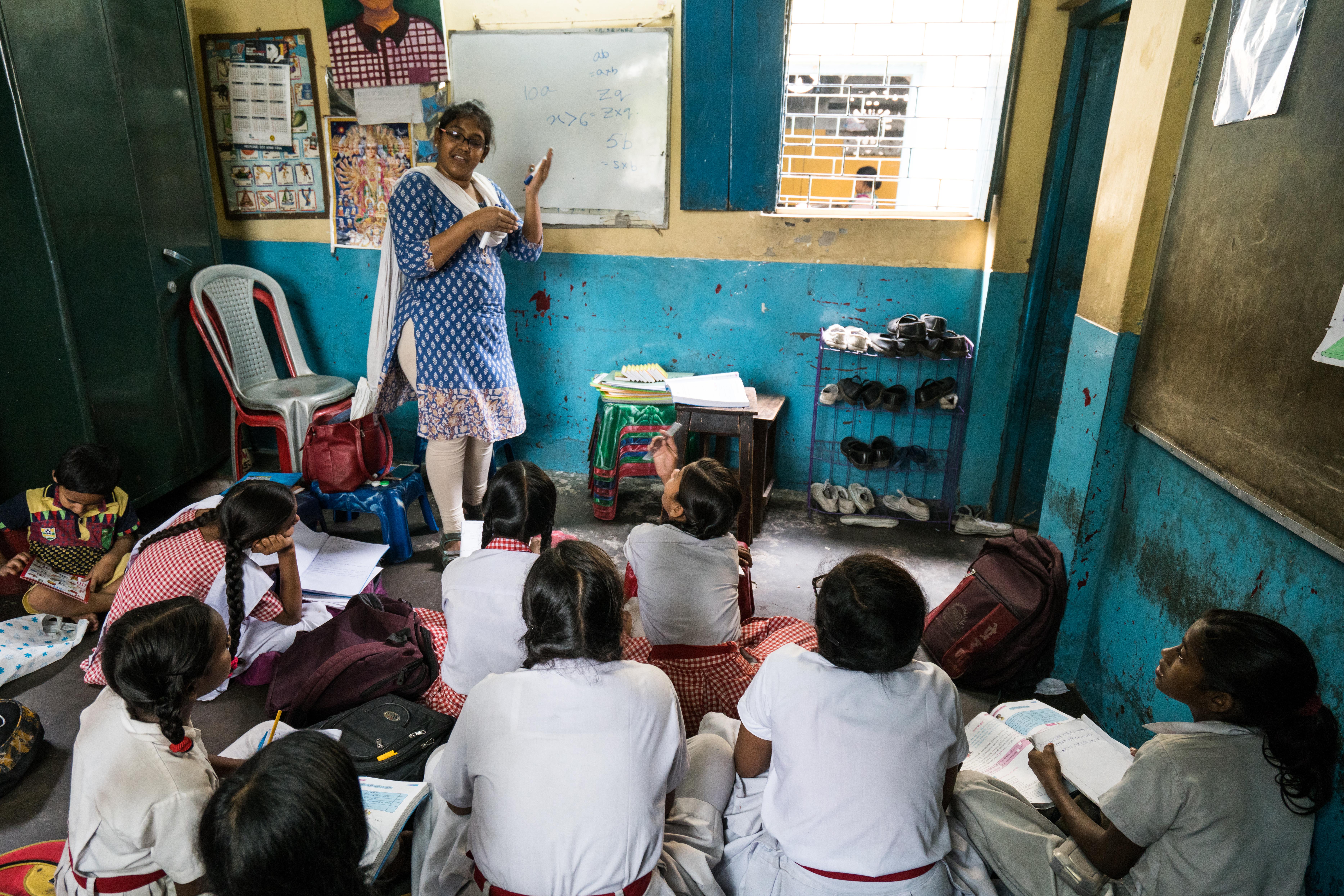 Die Mathelehrerin unterrichtet ihre Klasse in der Talapark-Schule.