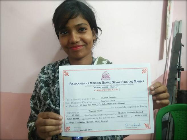 Sahizta zeigt stolz ihr Diplom.