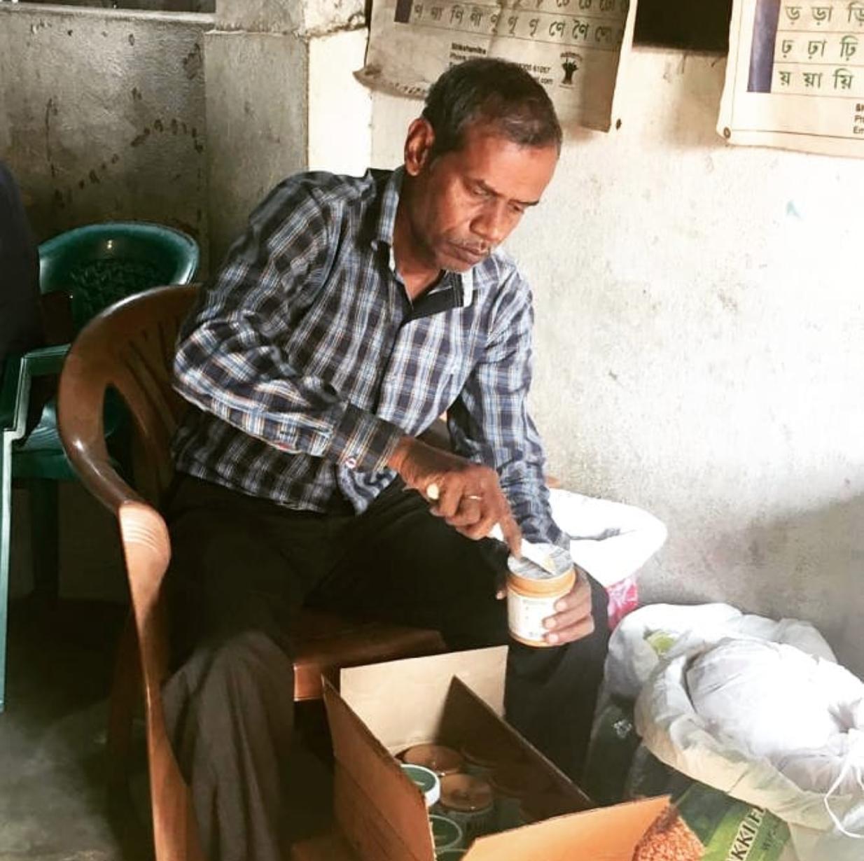 Mihil ein Mitarbeiter portioniert Erdnussbutter für das Mangelernährungsprogramm.