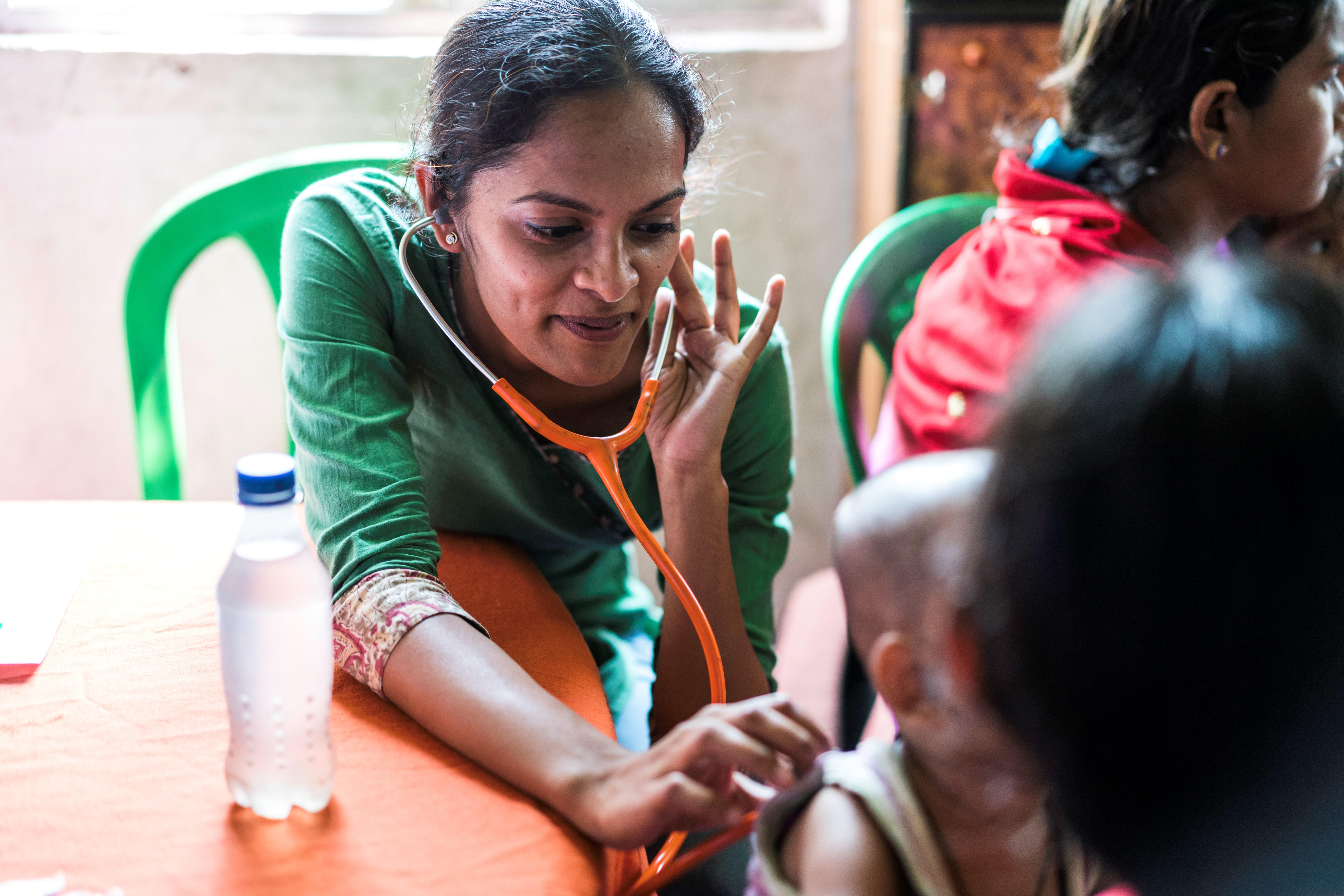 Saumya untersucht ein Kind im Rahmen des Mangelernährungsprogramm in Liluah Bagar.