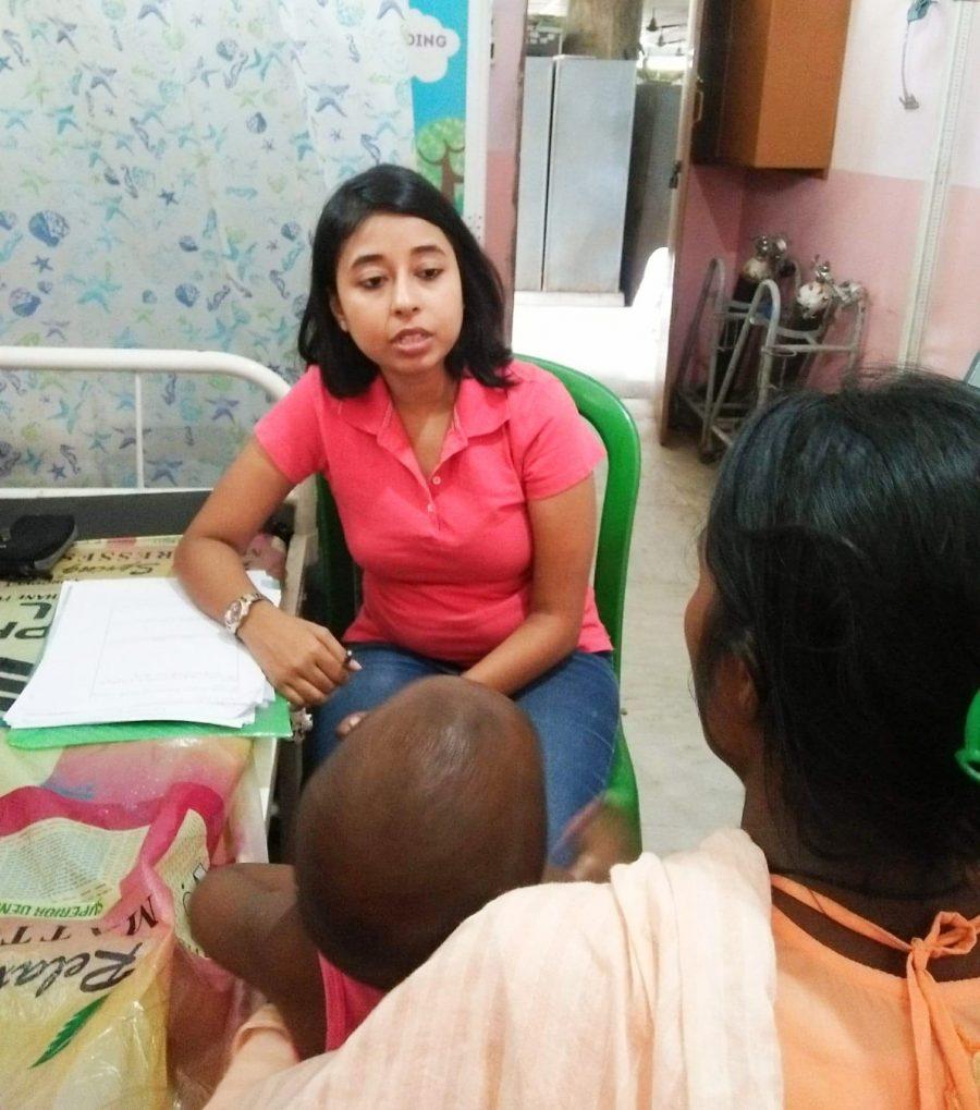 Suchandra, unsere GBV-Expertin während der Beratung mit einer Frau.