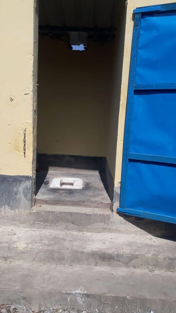 Die neuen Toiletten in Dakshineswar haben eine richtige Tür und verfügen über eine Wasserspühlung.