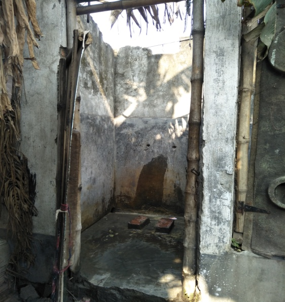 Die alten Toiletten in Dakshineswar lagen direkt neben einem Bahnübergang und verfügten über keine Spühlung bevor die verbesserte Infrastruktur gebaut wurde.