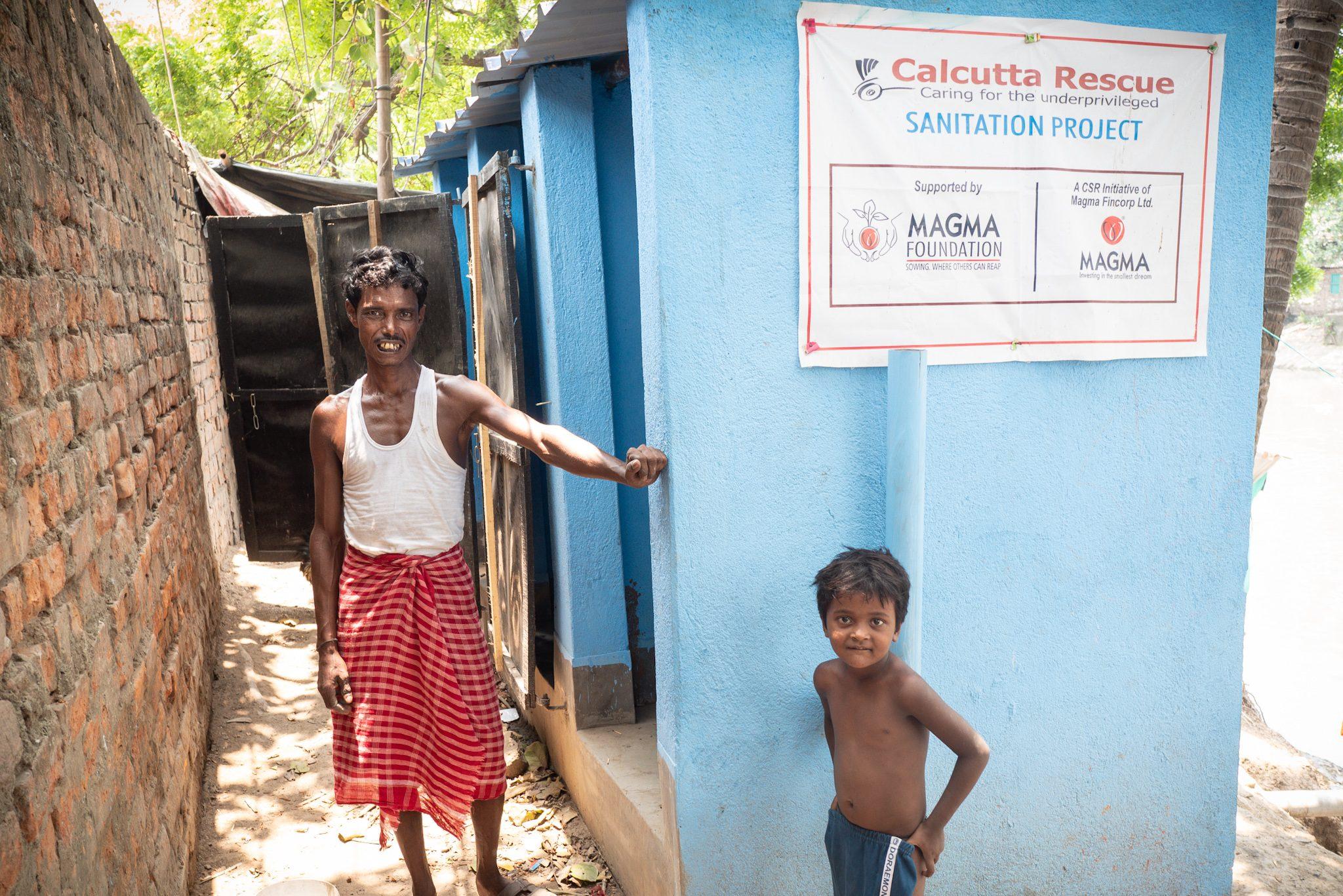 Die neuen Toiletten mit Dach und Türen im Slum Kolkata Station.