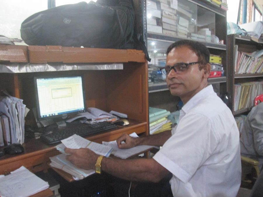 Arobina bei seiner Arbeit als Klinikleiter.