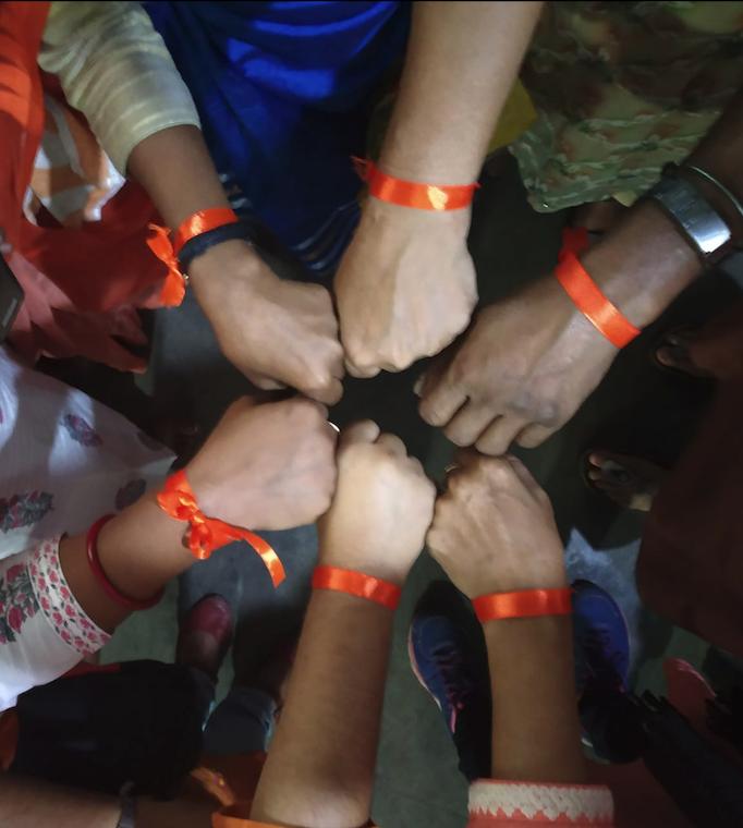 Als Zeichen für den speziellen Tag, trägen alle orange Armbänder.