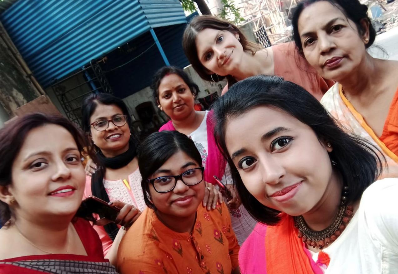 Das starke Team in Kolkata trägt Orange zur Feier des Tages.