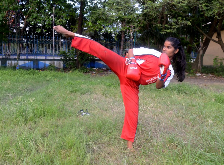 Priya ganz in ihrem Element dem Kickboxen.