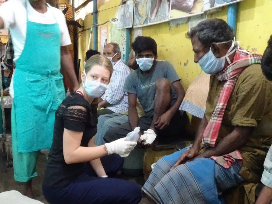 Die Freiwillige Line versorgt die Wunden eines Patienten in der Nimtala-Klinik.