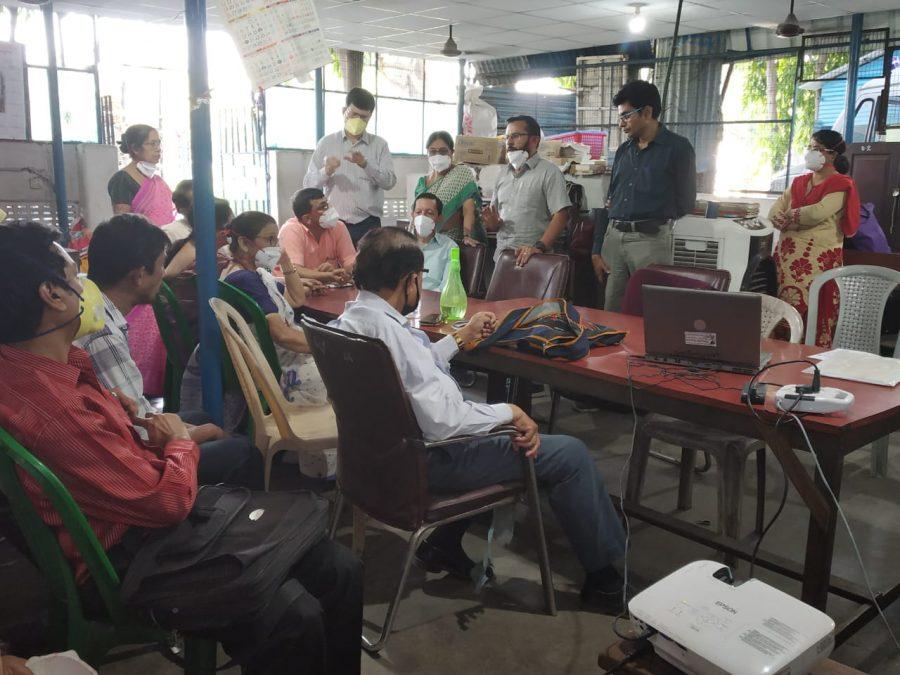 Das Team in Kolkata bespricht die Lage um den Covid-19 Virus vor Ort.