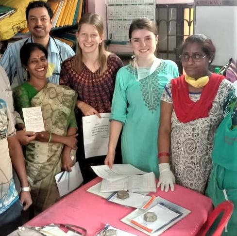 Die beiden Freiwillign Ceire und Line mit dem Team in Nimtala.