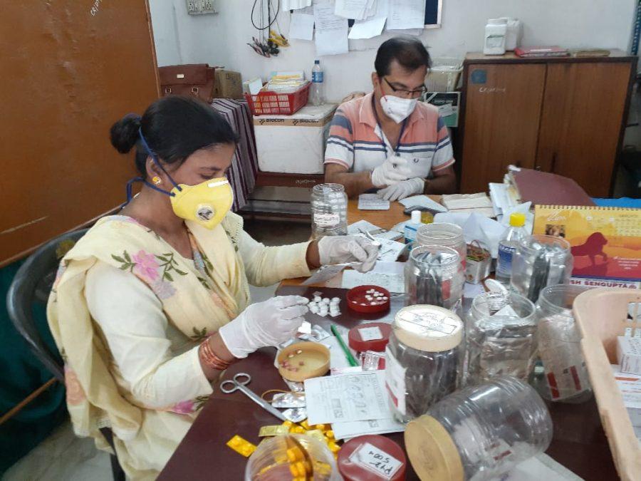 Medikamente werden für die Patienten abgepackt.