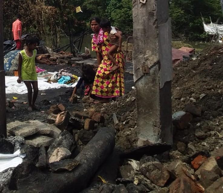 Eine Familie sucht nach Überresten ihres Hab und Gutes in den Aschen nach dem Feuer in Kolkata Slum.