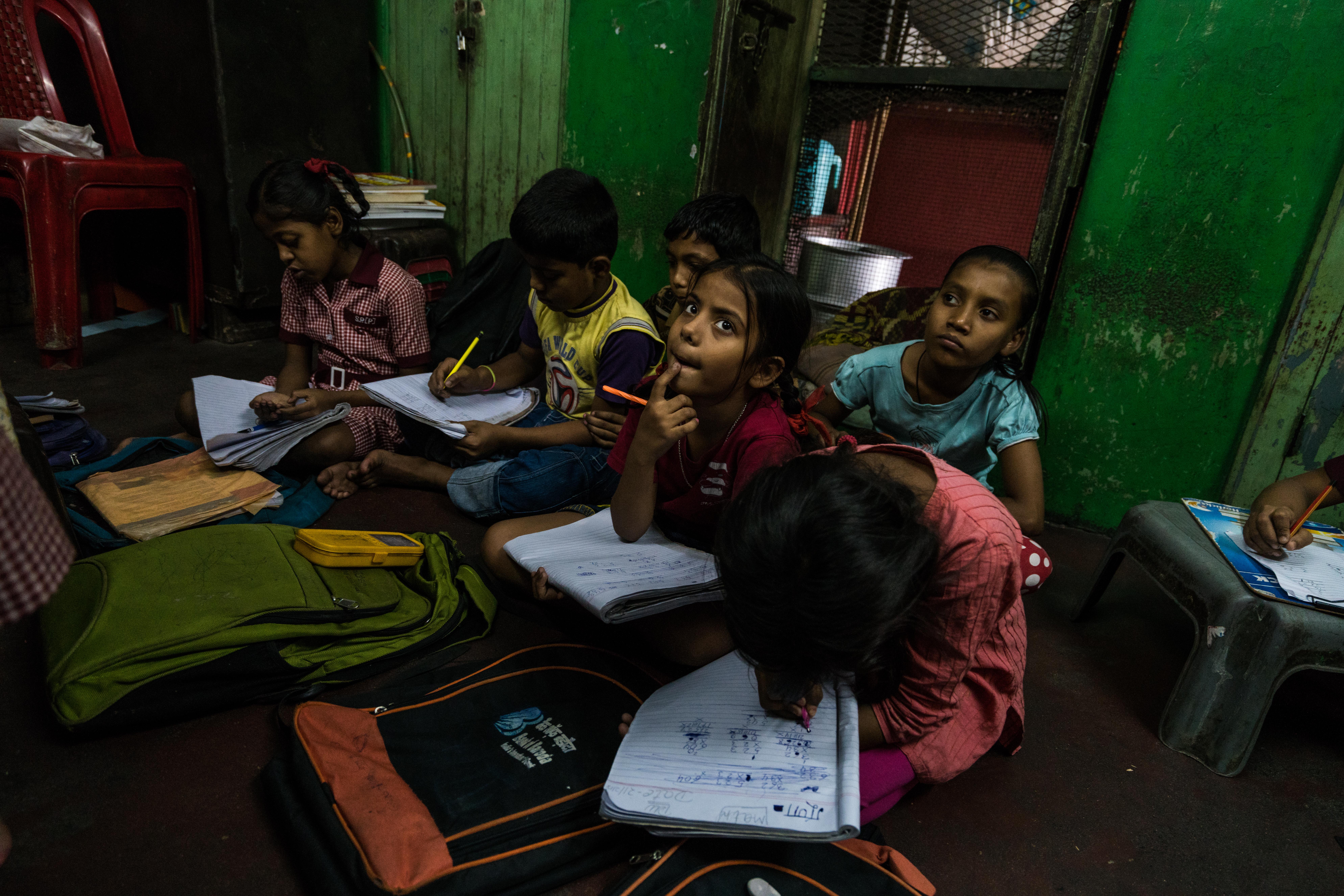 Ein Blick in ein Klassenzimmer der Schule Nr. 10 zeigt die Schüler mit aufgeklappten Arbeitsheften und konzentriert bei der Arbeit.
