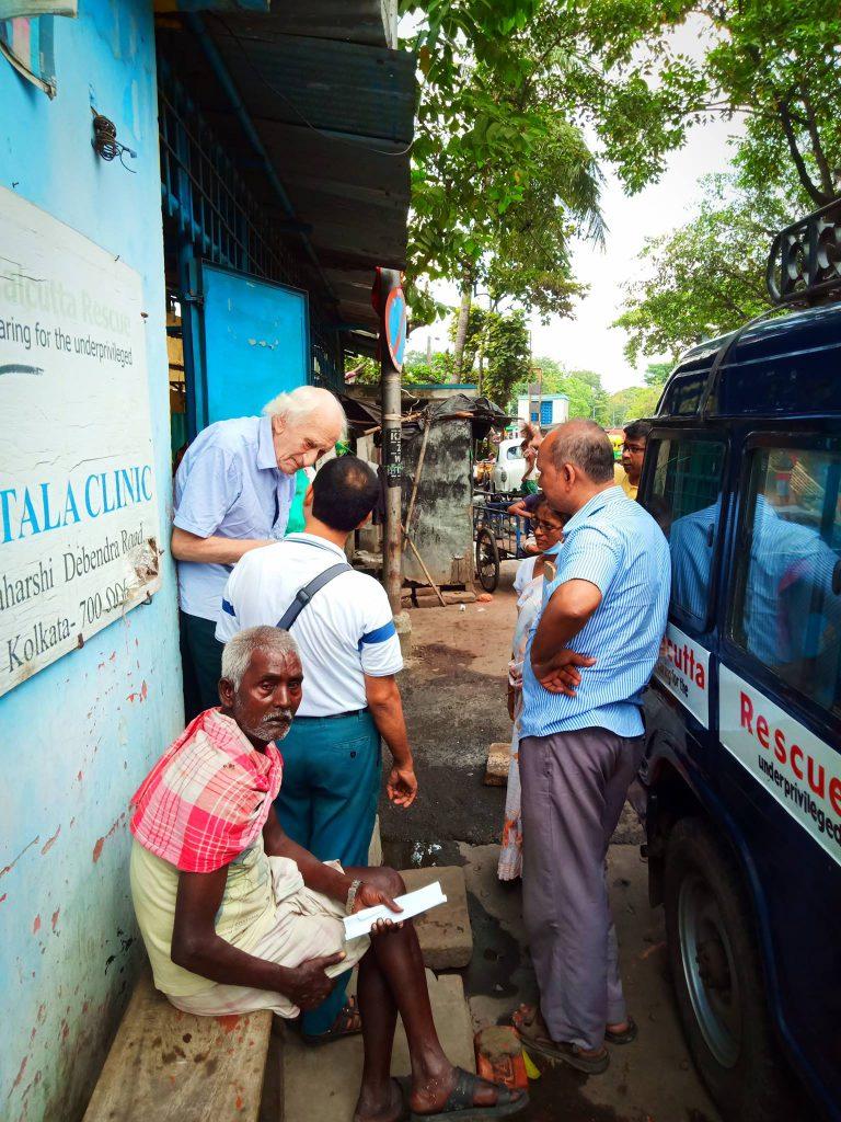 Dr. Jack Preger besucht die Nimtala-Klinik von Calcutta Rescue.