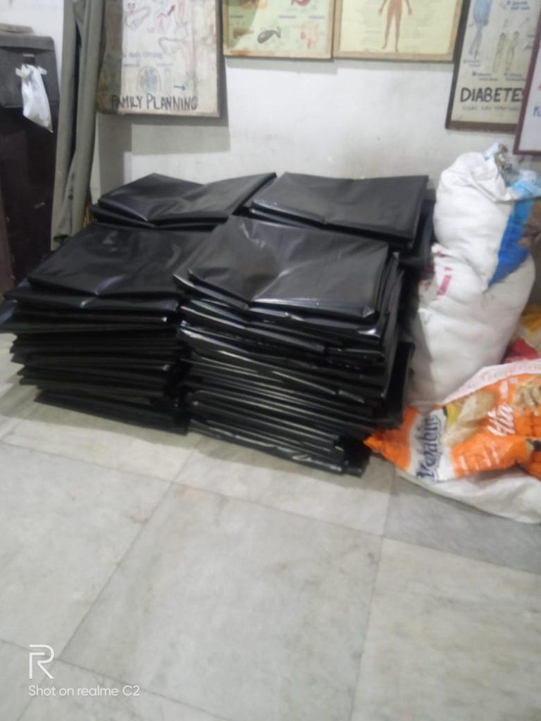 Das Team kaufte 500 kg Plastikplanen, die zerschnitten wurden, um 150 Familien ein Dach zu geben.