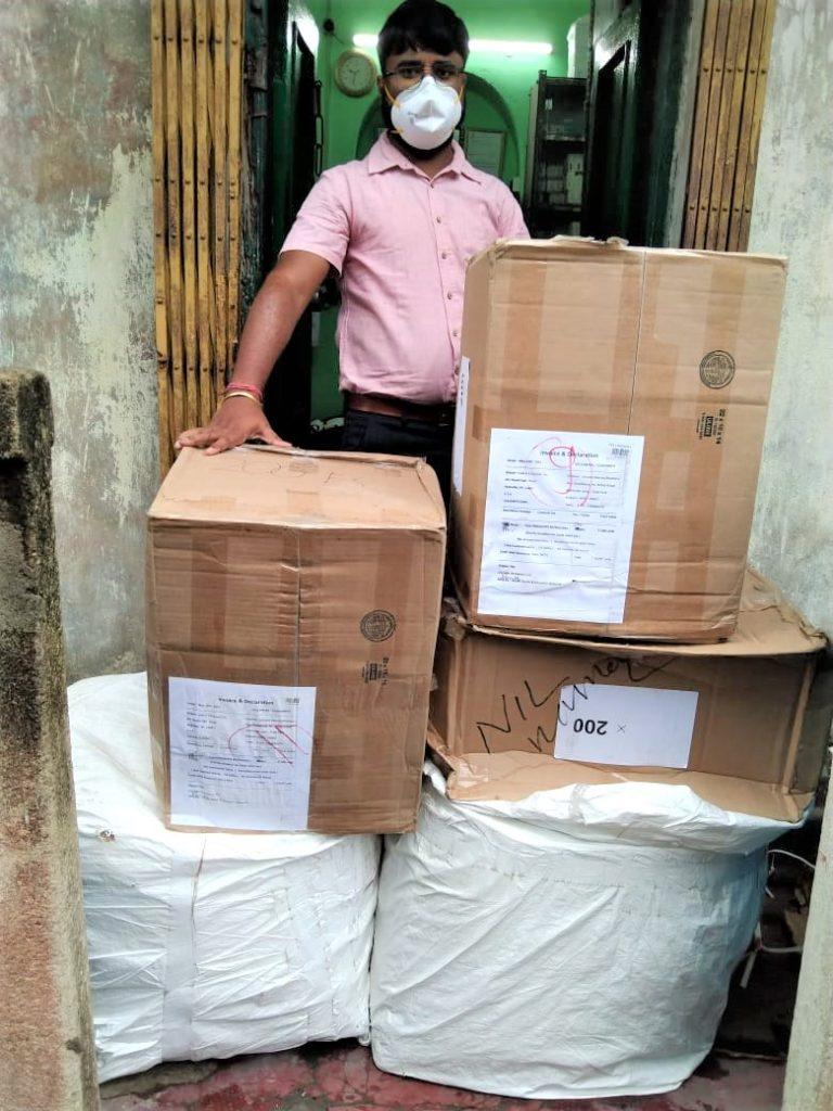 180 kg PSA(Persönliche Schutzausrüstung)-Kit mit N95-Masken, Handschuhen, Gesichtsschutz, Anzug und digitalen oralen Thermometern aus den USA nach Kolkata verschickt.